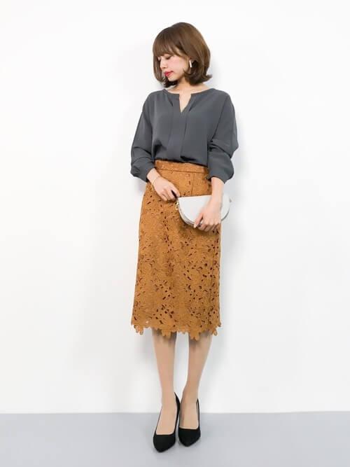 グレーブラウス×茶色レースタイトスカート×パンプスのコーデ画像