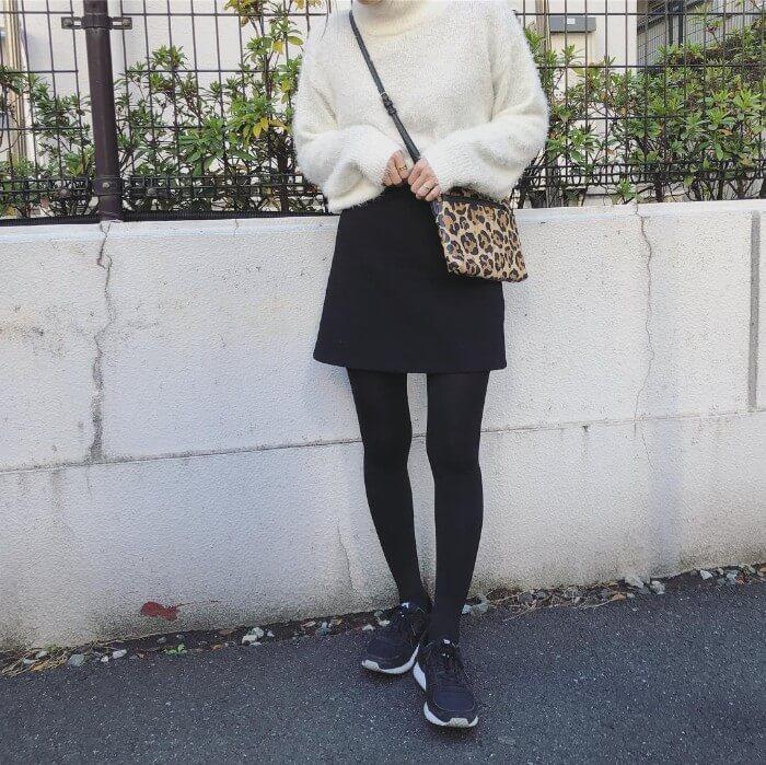 白トップスと黒ミニスカート×黒スニーカーのコーデ画像