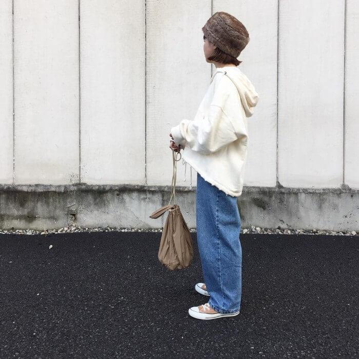 ビッグシルエット白パーカー×デニムワイドパンツのコーデ画像