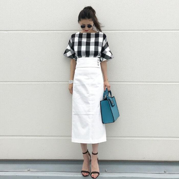 ギンガムチェックブラウス×白タイトスカートのコーデ画像