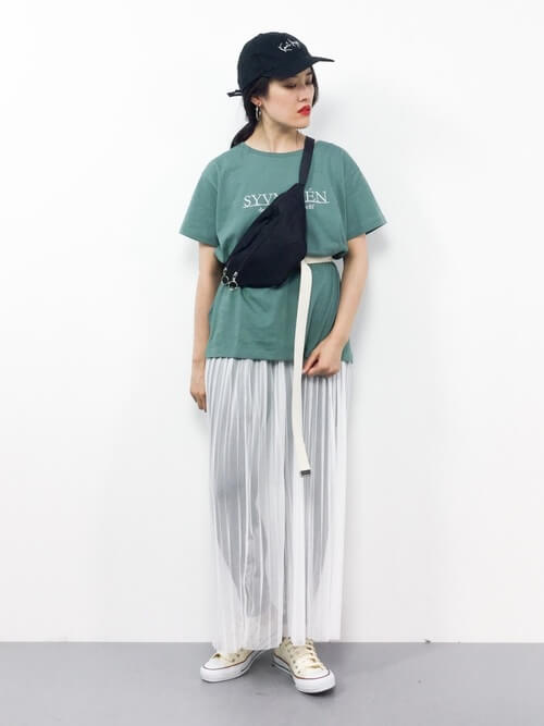 グリーンTシャツ×白チュールスカートのコーデ画像