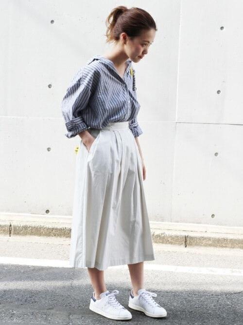 白スタンスミス×白フレアスカートのコーデ画像