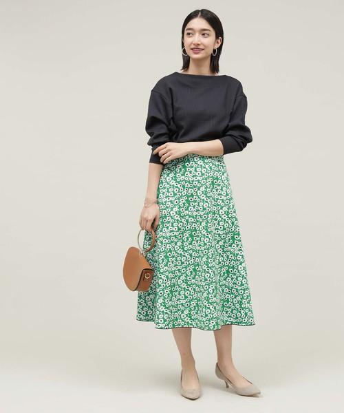 黒 サブリナネックニット×グリーン 花柄フレアスカートのコーデ画像