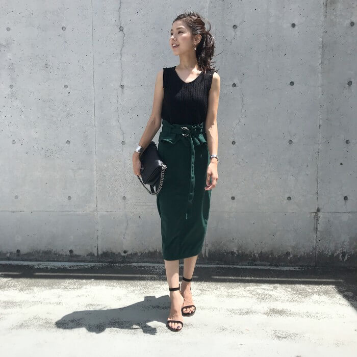 緑タイトスカートと黒ノースリーブニットのコーデ画像