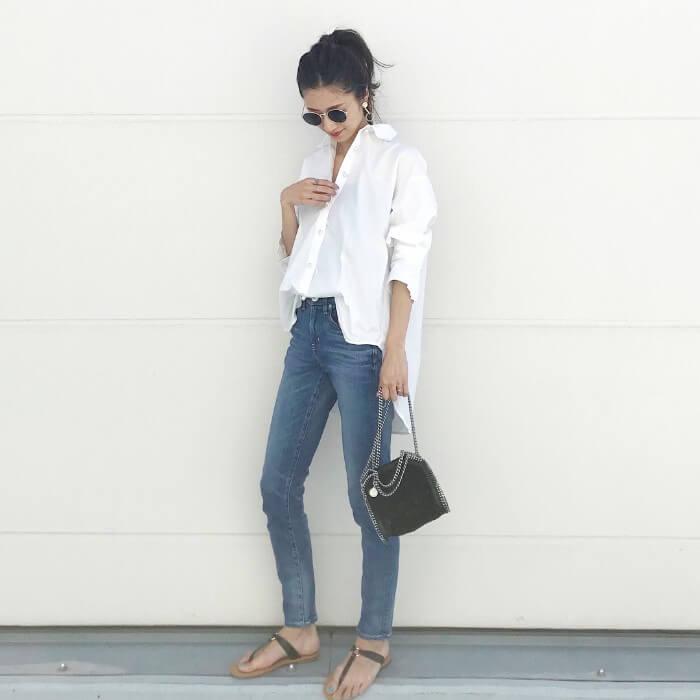 白オーバーサイズシャツ×スキニージーンズ×黒小物のコーデ画像