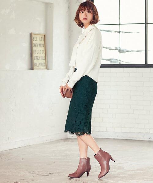 プチプラのレースタイトスカート×ベージュショートブーツ&白ニットのコーデ画像