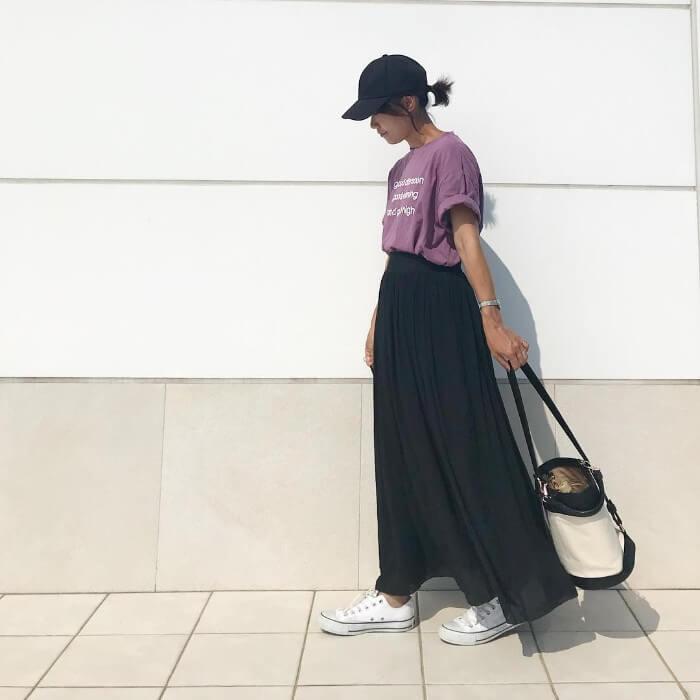 パープル(紫)トップス×黒スカートのコーデ画像