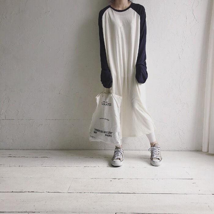 白のラグラン袖Tシャツワンピース×白レギンスのコーデ 画像