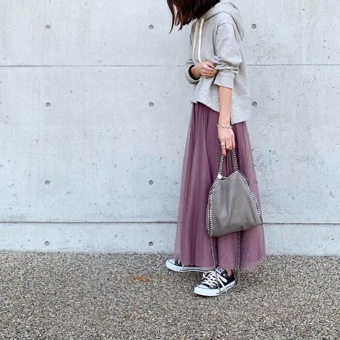 グレーパーカー×ピンクチュールロングスカートのコーデ画像