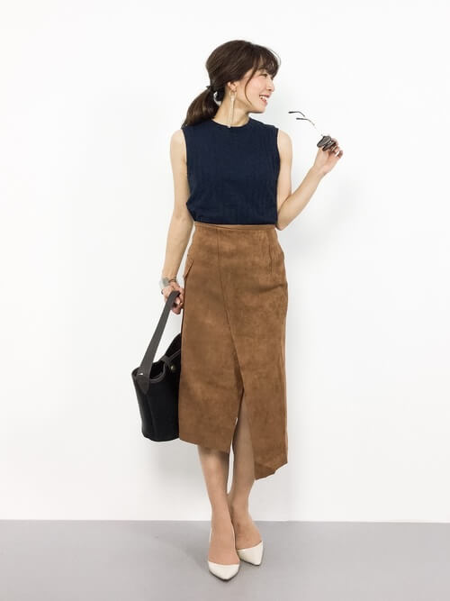 左右の長さが違うイレヘムデザインのヘムスカートのコーデ画像