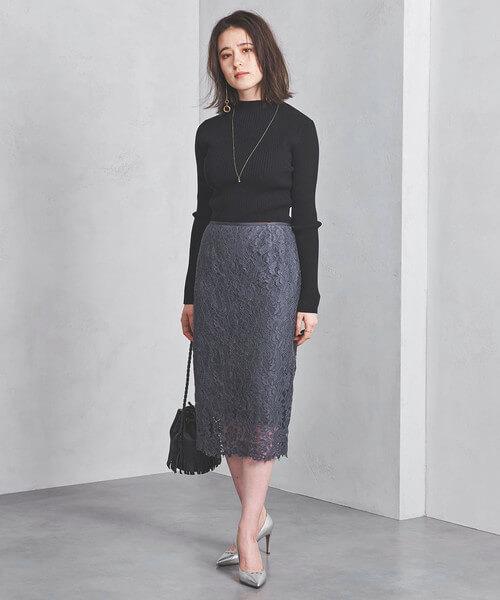 黒ニット×グレーレースタイトスカートのコーデ画像