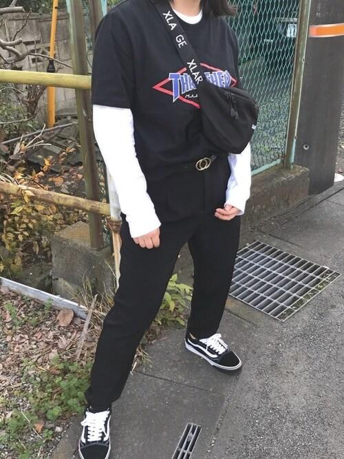 黒ロゴTシャツ×白長袖インナーを重ね着したレイヤードコーデ画像