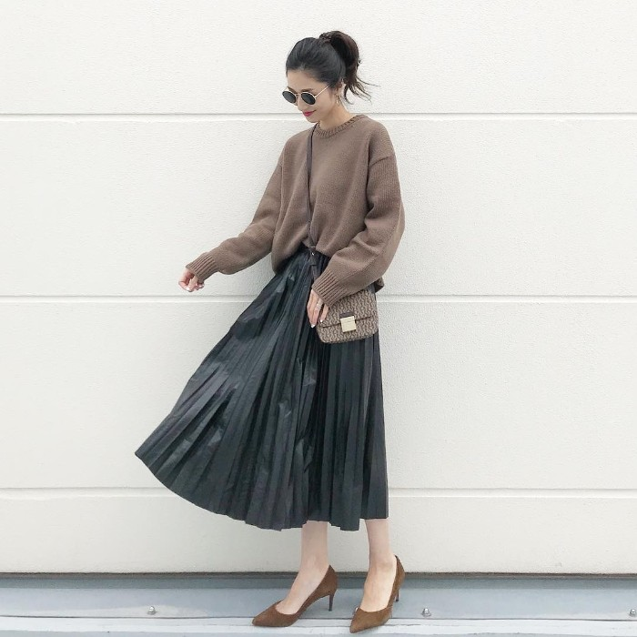 レザープリーツスカートとブラウンニットのコーデ画像