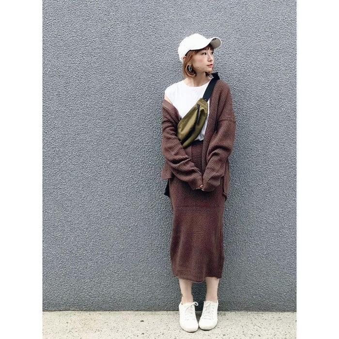 茶色セットアップのタイトスカート×白小物のコーデ画像