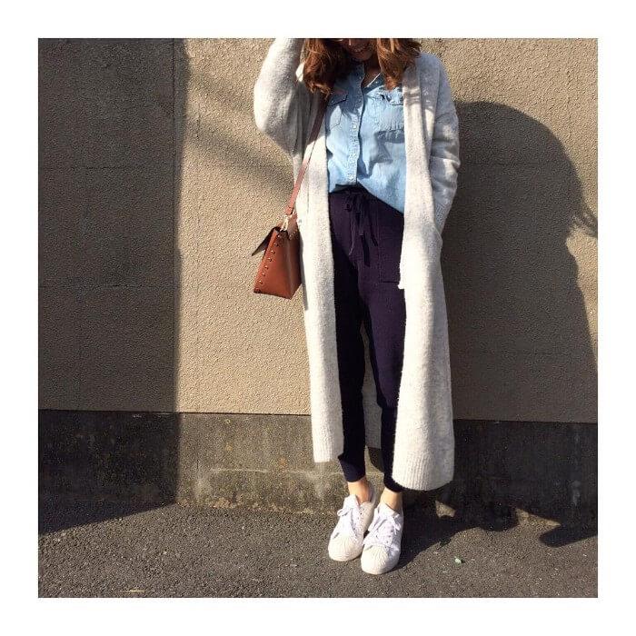 白ロングカーディガン×デニムシャツ×パープルニットパンツのコーデ画像