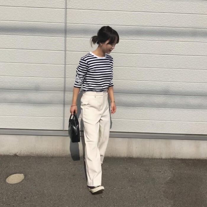 ホワイトジーンズとボーダーカットソーのコーデ画像