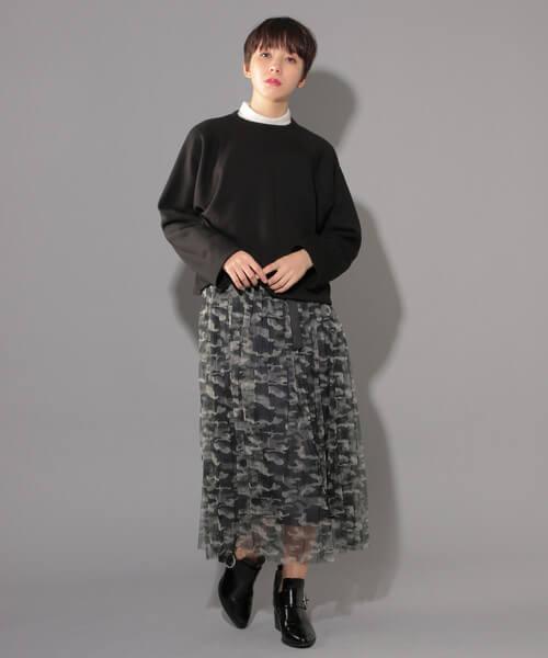 黒スウェット×白リブニット×カモフラチュールスカートの大人コーデ画像