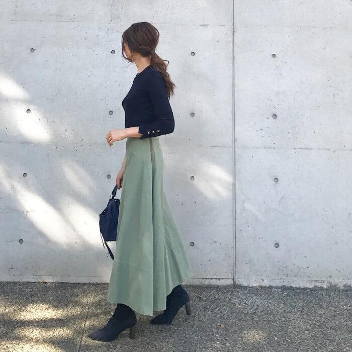 ライトグリーンのフレアスカート×黒コーデのコーデ画像