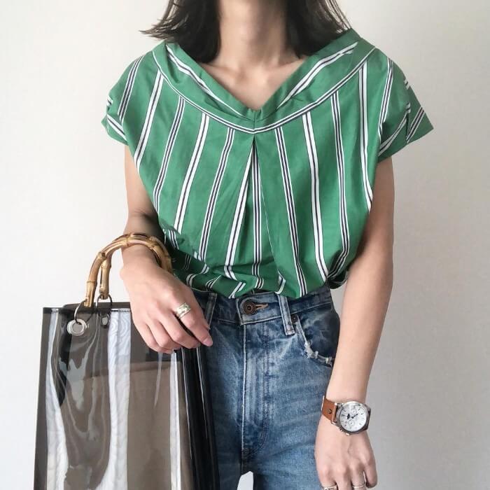 グリーンストライプシャツ×ジーンズのコーデ画像