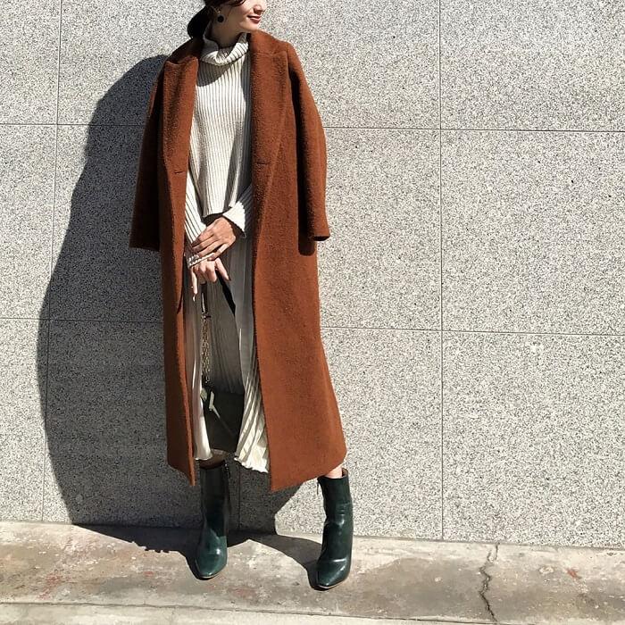 ホワイトプリーツスカート×ブラウンチェスターコートのコーデ画像