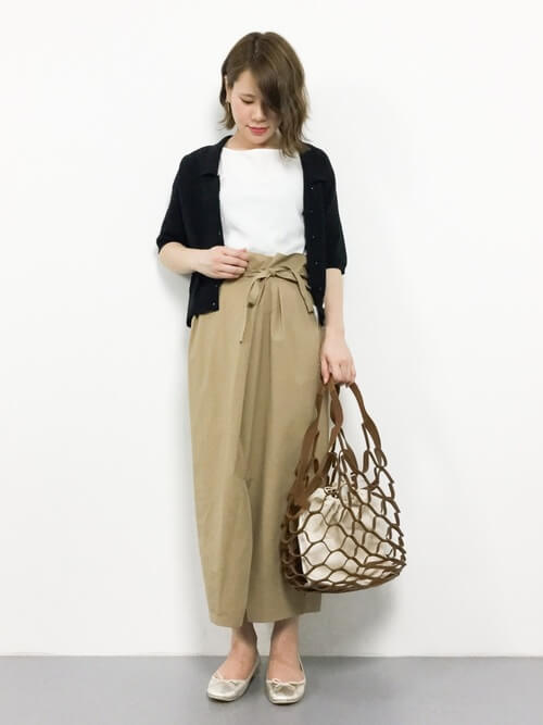 黒ショートカーディガン×ベージュラップスカートのコーデ画像