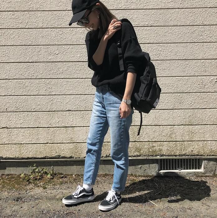黒ニット×デニムパンツ×黒リュックのコーデ画像