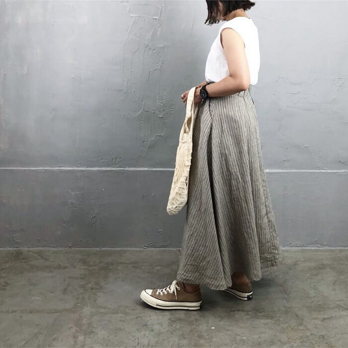 ストライプ柄グレーフレアスカート×白ノースリーブのコーデ画像