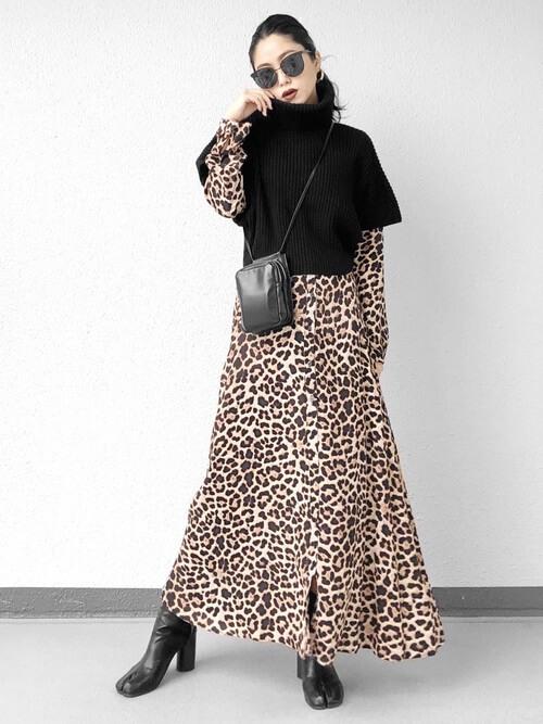 レオパード柄のシャツワンピ×黒半袖ニットのコーデ画像