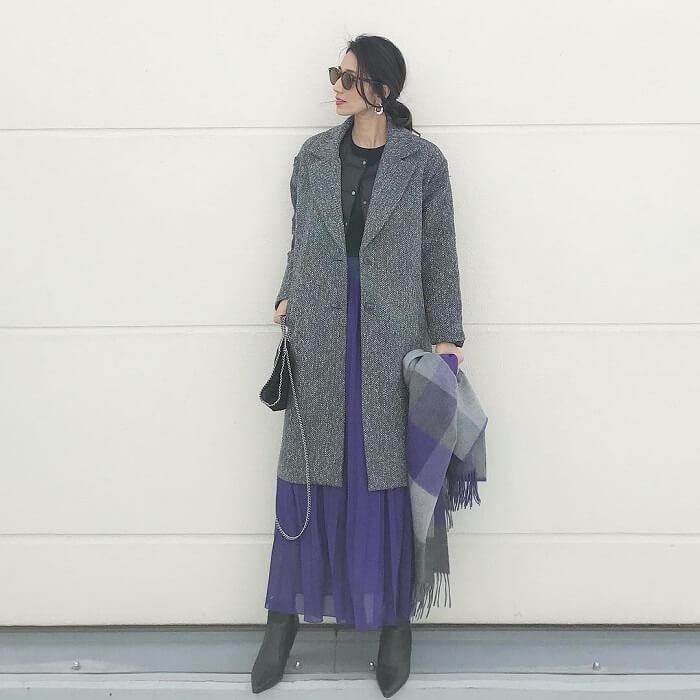 パープルロングスカート×グレーチェスターコートのコーデ画像