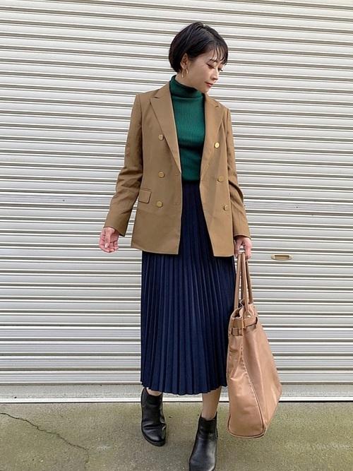 ベージュテーラードジャケット×プリーツスカートのコーデ画像