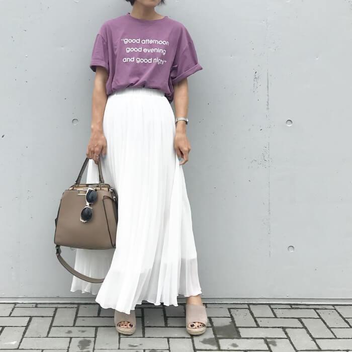 パープルTシャツ×白プリーツスカートのコーデ画像