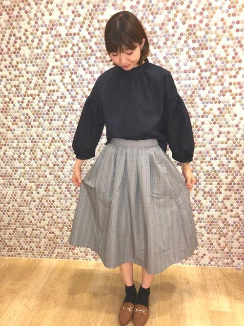 茶色ビットローファー×黒靴下×フレアスカートの靴下コーデ画像