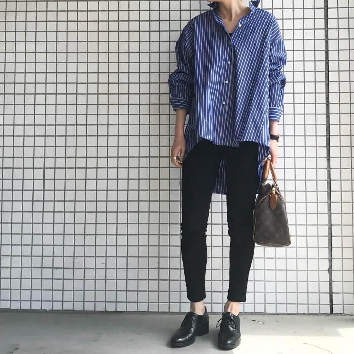ストライプ柄青シャツ× 黒スキニーのコーデ画像