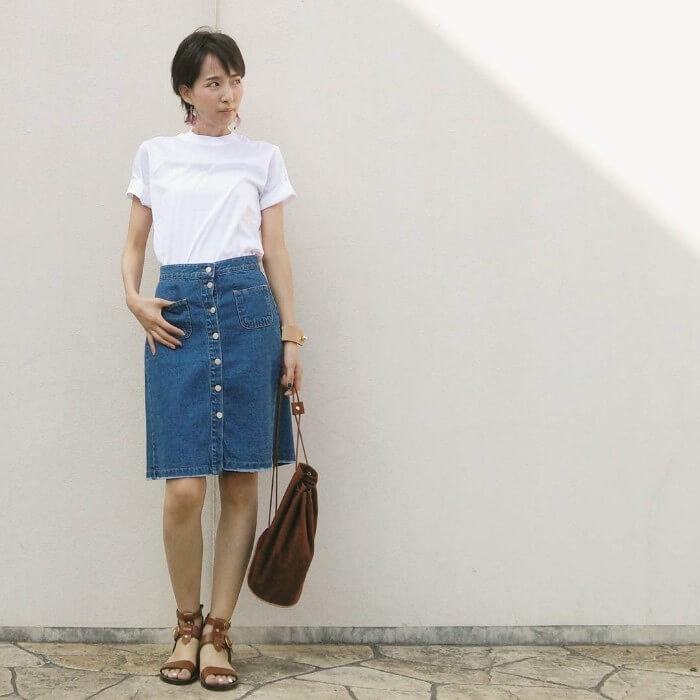 ミディ丈デニムフレアスカート×白Tシャツのコーデ画像