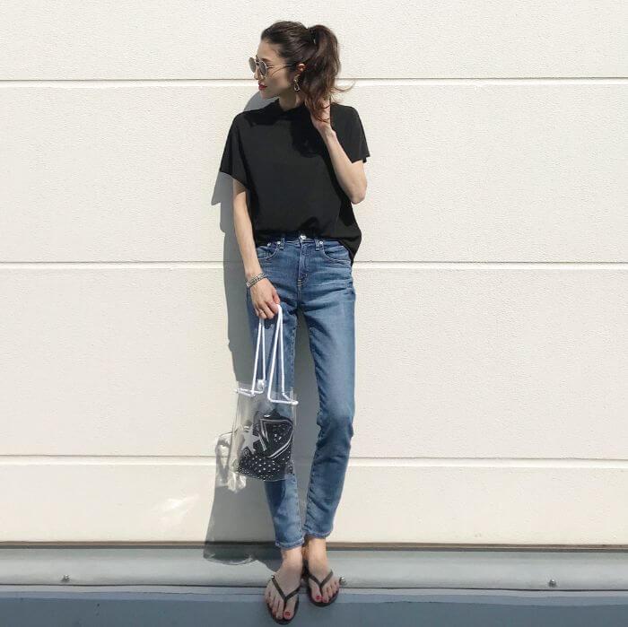 黒Tシャツ×スキニーデニムのコーデ画像