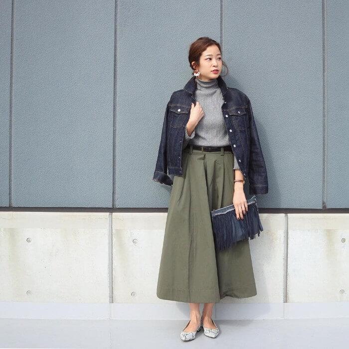 カーキロングスカート×デニムジャケットのコーデ画像