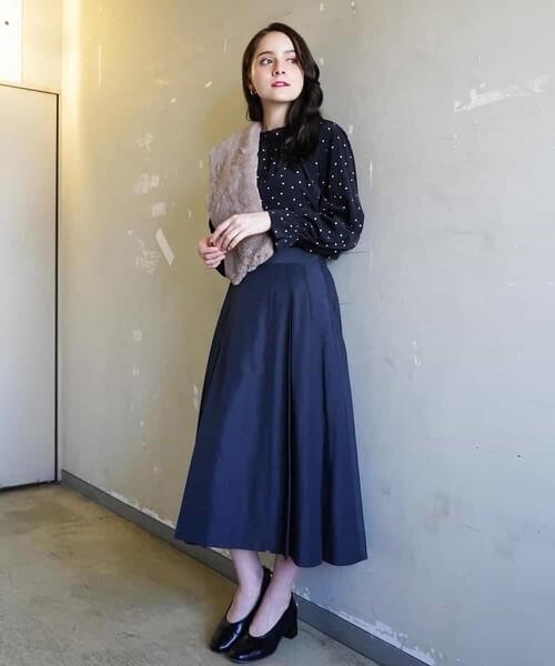 ネイビーフレアスカート×ドット柄ブラウスのコーデ画像