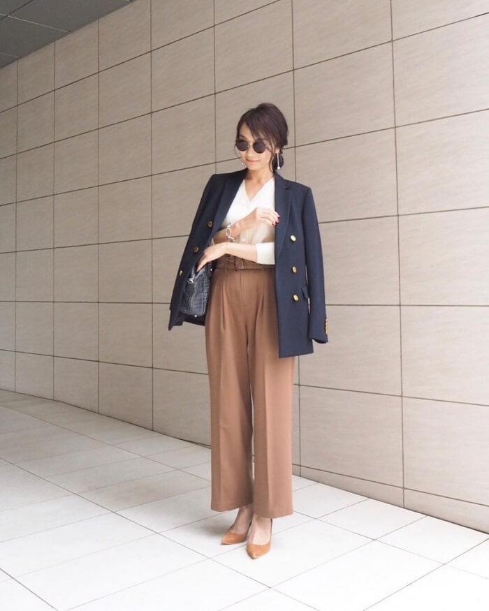 紺テーラードジャケット×ブラウンワイドパンツのコーデ画像