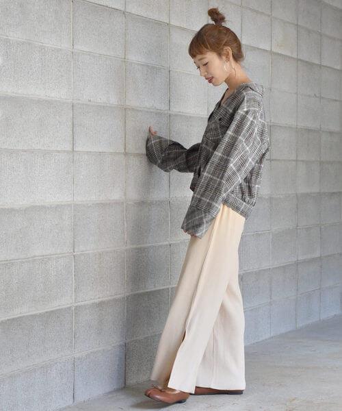 グレンチェックシャツ×白リブワイドパンツのコーデ画像