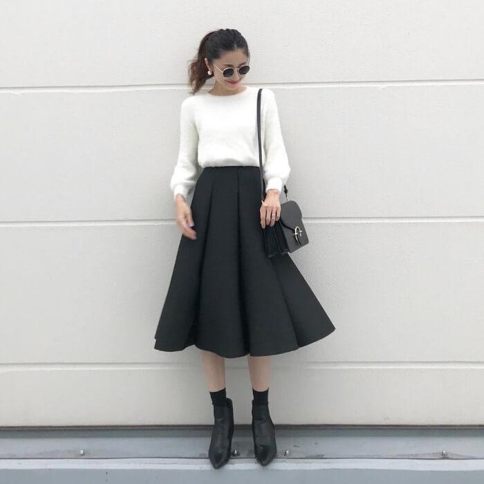 黒タックフレアスカート×白ニットのコーデ画像