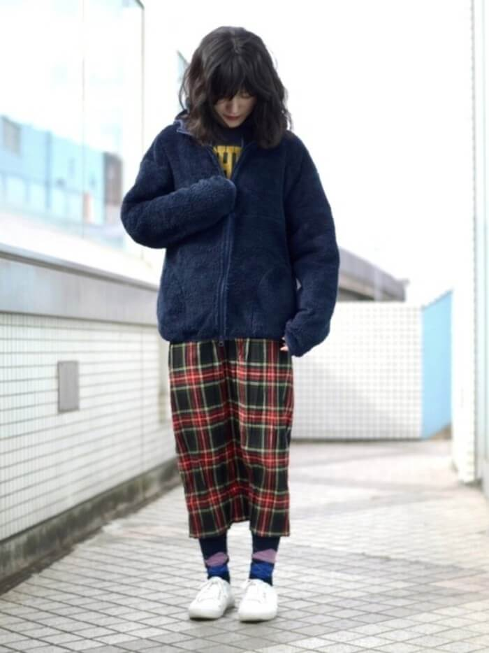 ネイビーボアパーカー×チェック柄スカートのコーデ画像