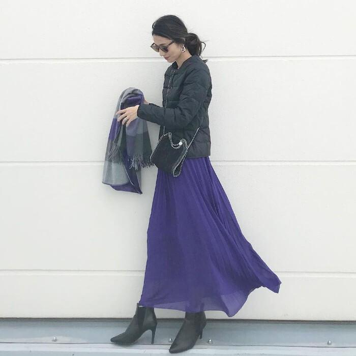 黒ダウンジャケット×パープルシフォンスカートのコーデ画像