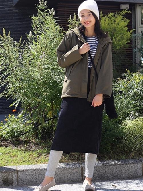 黒コーデュロイタイトスカート×グレーリブレギンスのコーデ画像