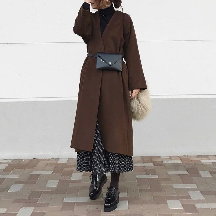 ロングプリーツスカート×ブラウンノーカラーコートのコーデ画像