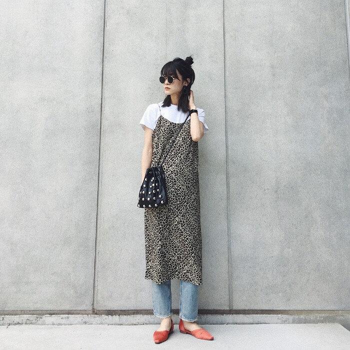 レオパード柄キャミワンピース×白無地Tシャツのコーデ画像