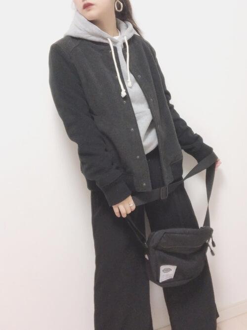 ダークグレースタジャン×ブラックワイドパンツの重ね着コーデ画像