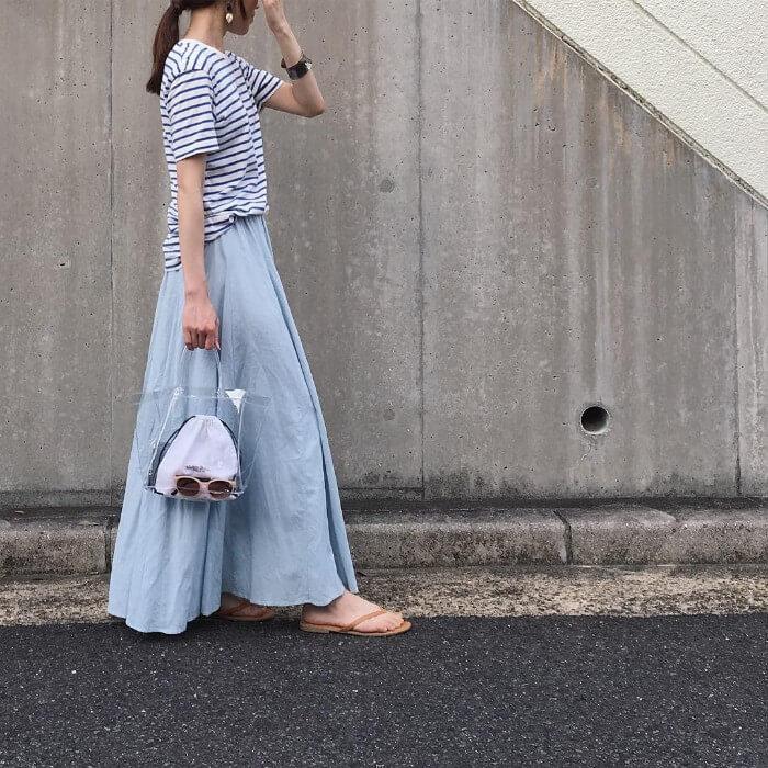 ボーダー柄Tシャツ×ロングフレアスカートのコーデ画像