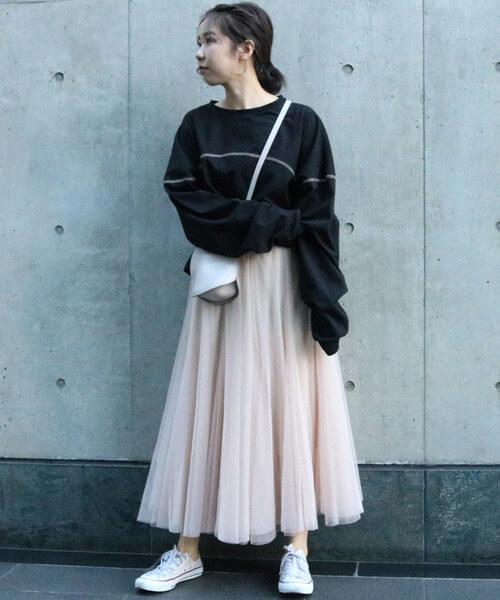 黒スウェット×白チュールスカートのコーデ画像