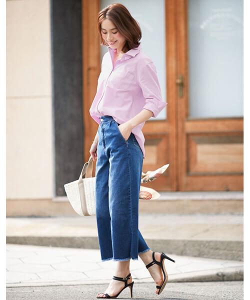 ピンクシャツ×クロップド丈ワイドデニムパンツのコーデ画像