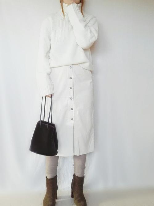 白ロングタイトスカート×ベージュリブレギンスのコーデ画像